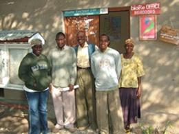 ンゴボコ村のオフィスの面々