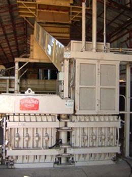 原綿をベールに圧縮する機械 <br /> この写真は種を分離した後の綿をベールと<br /> 呼ばれる塊に圧縮する機械です