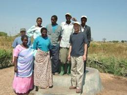 修理の終わった井戸。維持費については村で<br /> 既に供託済みなので、早く新しい物を作りたいと<br /> 言われました。