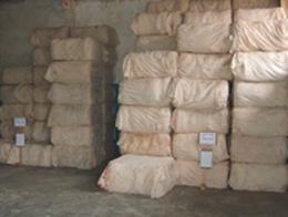 原綿のベール<br /> 1ベール約200kgに固めます<br /> 取り引きはベール単位で行われます