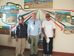 bioReトレーニングセンターの中。<br /> 右よりNIRANJANさん、チャネン氏、<br /> プリシージャさん