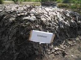 堆肥となるコンポスト。その他牛の糞を集めて<br /> バイオガスを発生させる設備などもあった(臭)