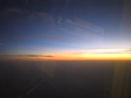 着陸前の飛行機から見た夕暮れせまるインド大陸