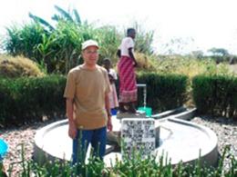 井戸の前で記念撮影