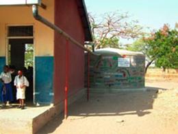 小学校に寄付された雨水タンク