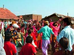 式が終わった後も儀式を楽しむ人々