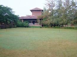 厨房、食堂のある建物と前庭。この庭でRituさんの作るベジタリアンフードを皆で食べた。
