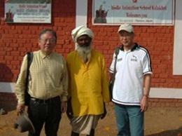学校の土地を提供された方を(現在はPTAの会長)はさんで池内さんと記念撮影。
