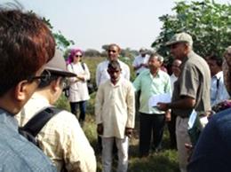 最初の訪問先であるPipaljhopa村の農家の畑で、ラジブさんの説明を受ける。