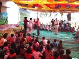 農家の人たちと一緒に踊る女性参加者たち。
