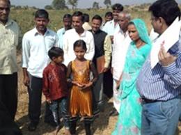 収穫量の多い農家の家族。