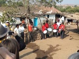 坂を下り、Neemkundiya村のCOOPが支援している学校を訪問。