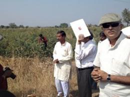 Bhaklay村の畑でラジブさん。