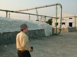 Ginning工場の外に山積みにされた綿。
