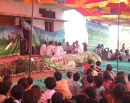 bioReに感謝の歌を歌う村人たち。